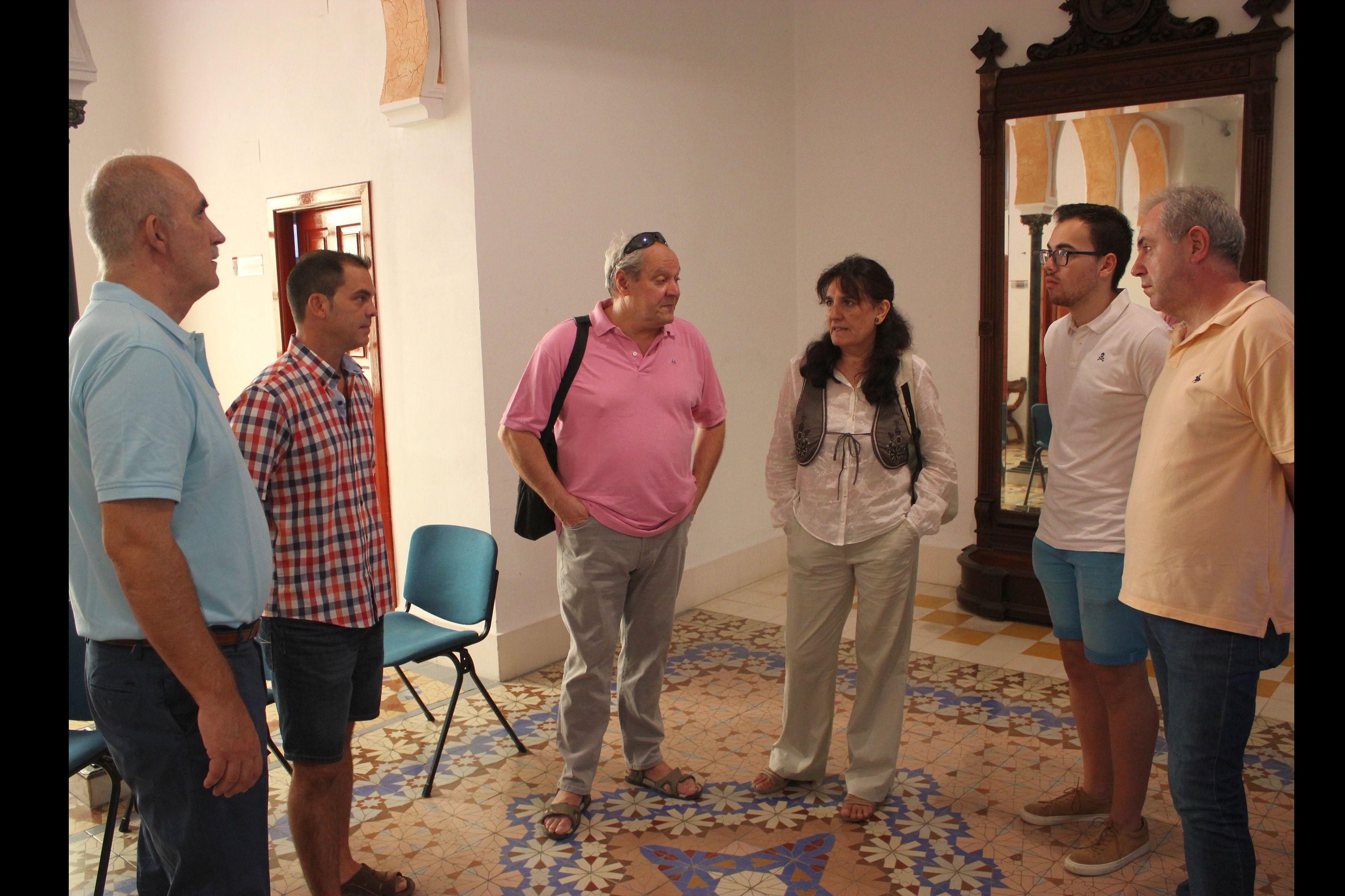 El concejal de Cultura, Francisco Ruiz, junto a los autoes de la investigación histórica y los representantes de la Hermandad del Gran Poder (Foto: El Faro)