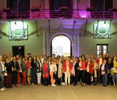 Momento del encendido de la fachada del Ayuntamiento con motivo del Día Mundial Contra el Cáncer de Mama (Foto: El Faro)