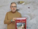 El concejal de Cultura de Motril, Francisco Ruiz, con el cartel de la ópera Dido y Aeneas (Foto: El Faro)