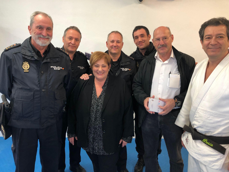 Susana Feixas junto a miembros de la Policía Nacional y el profesor del curso, Darío Rodríguez