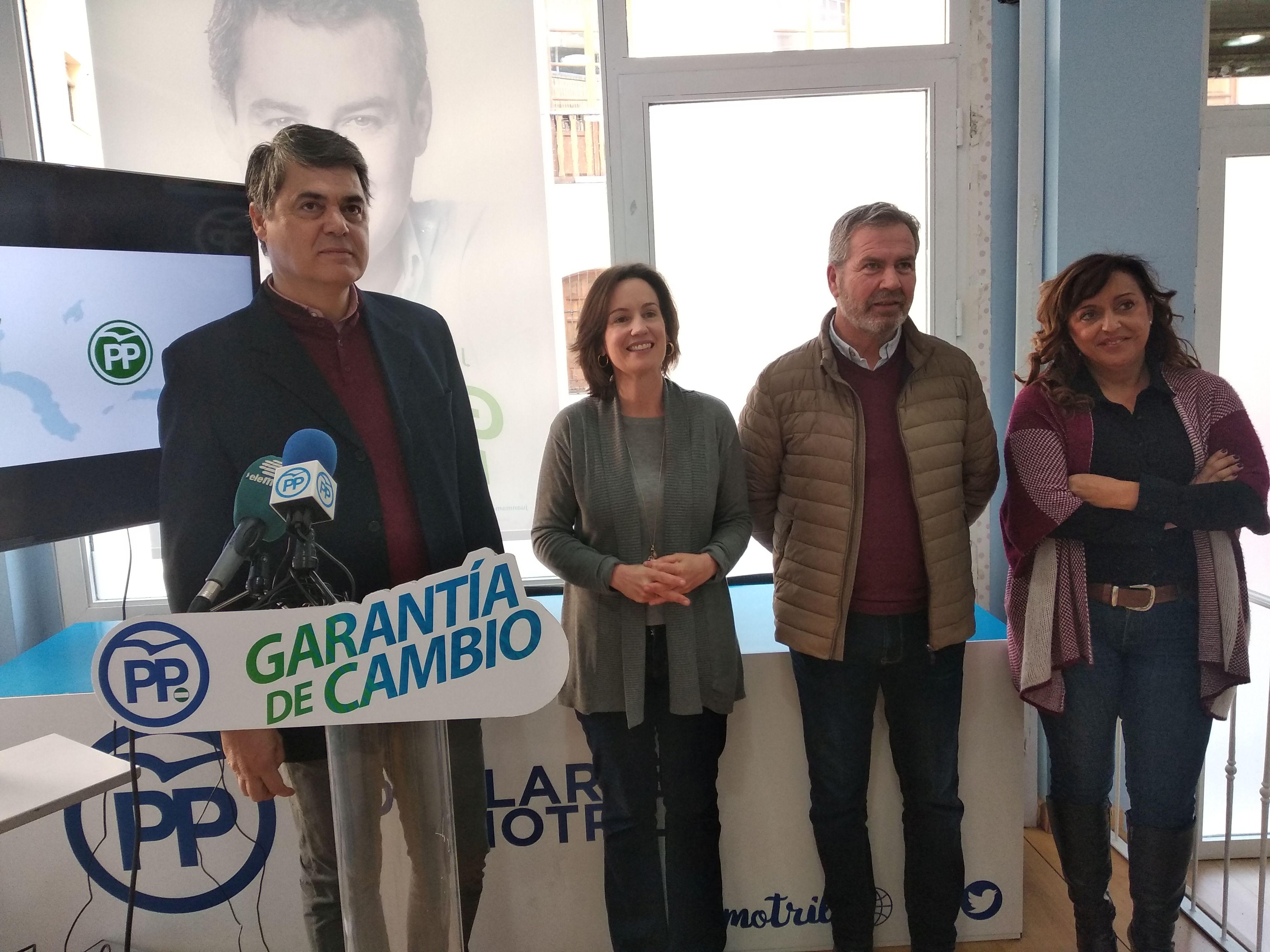 CARLOS ROJAS Y CONCHA DE SANTA ANA, COMPARECEN PARA HABLAR SOBRE INMIGRACION