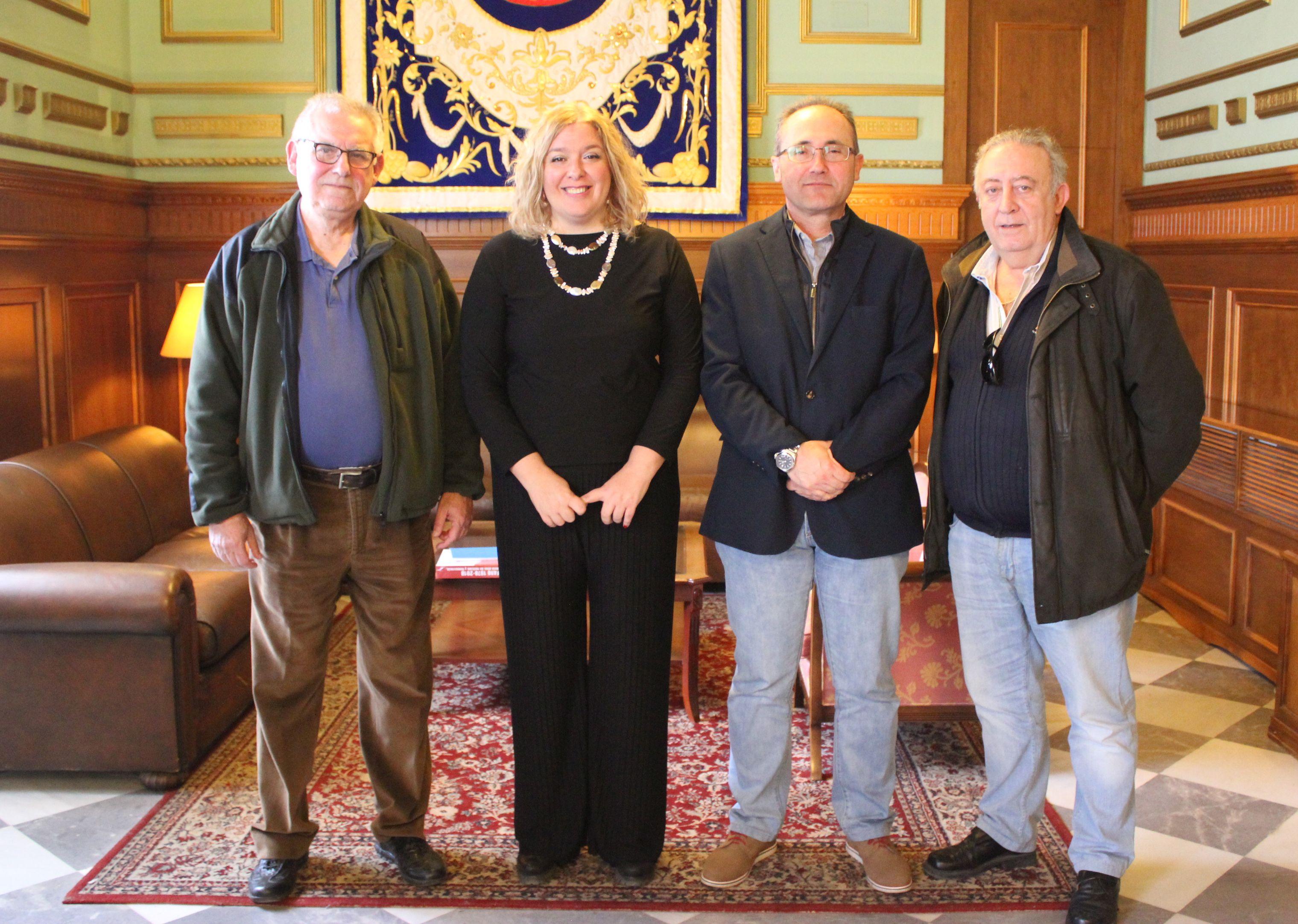 La alcaldesa junto a representantes de la Comunidad de Regantes del Bajo Guadalfeo
