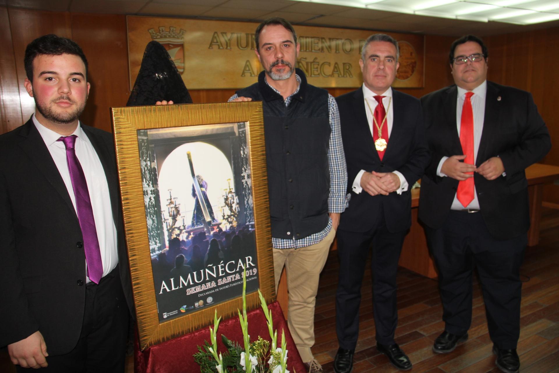 PRESENTADOR, AUTOR Y AUTORIDADES JUNTO AL CARTEL OFICIAL DE SEMANA SANTA DE ALMUÑÉCAR 2019
