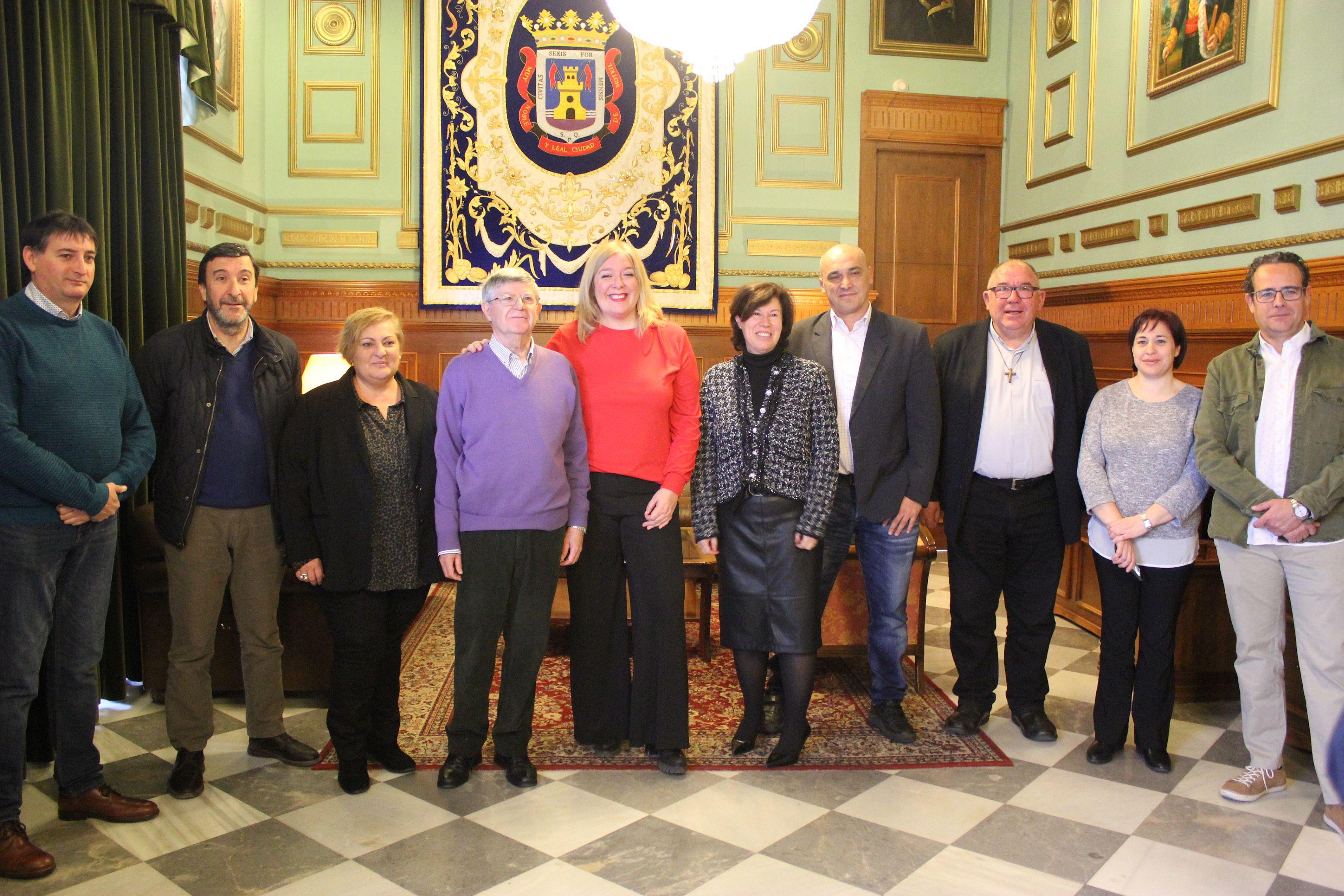 Foto de familia de la alcaldesa de Motril con la directora y responsables de Cáritas Diocesana para el programa de atención a personas sin hogar