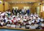 Foto de famlia con los niños y niñas del CEIP Francisco Mejías tras recoger el diploma del Curso de Mediadores