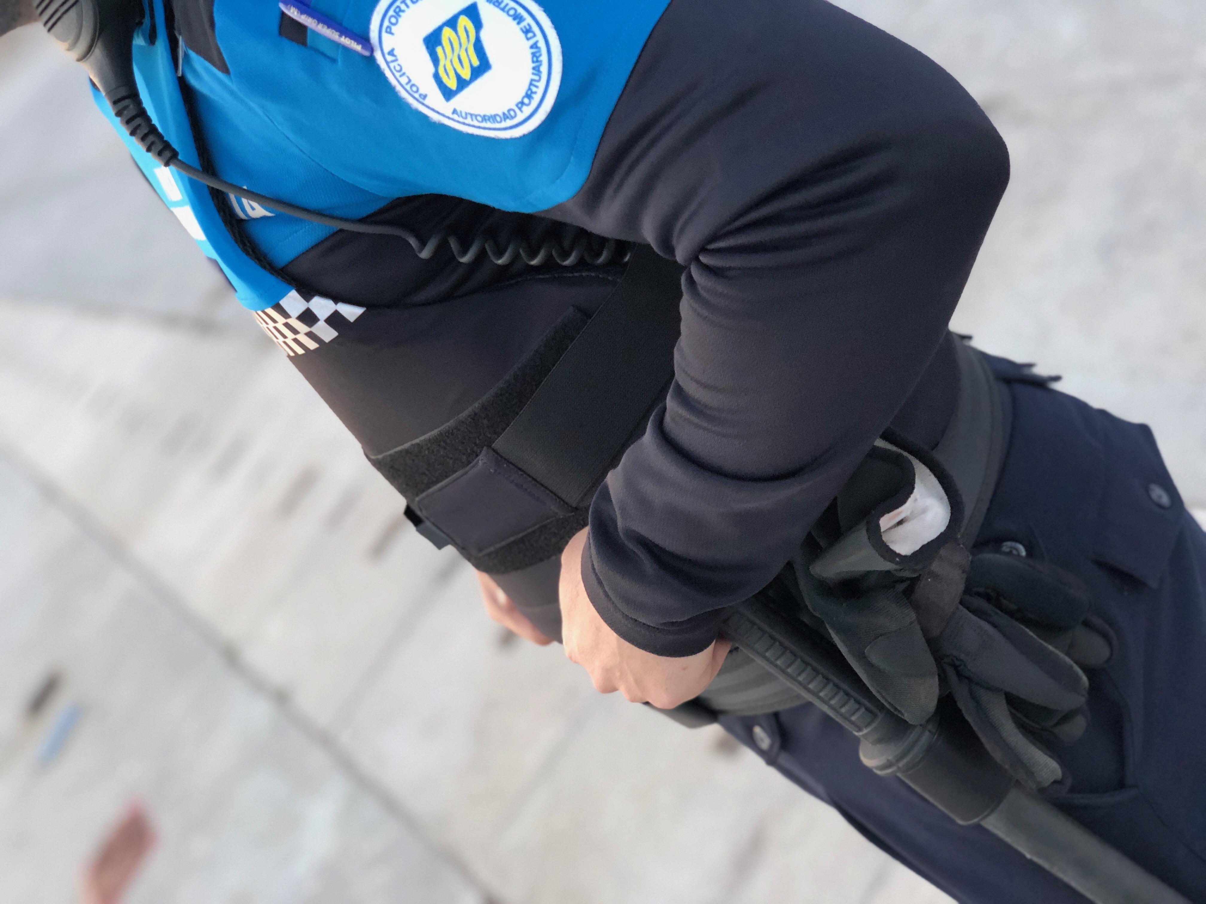 UN POLICÍA PORTUARIO CON EL CHALECO ANTIBALAS