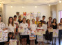 Foto de familia con los ganadores del VI Concurso de Dibujo y Pintura Helarte
